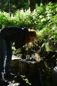 Semira Weingrüll an der Gnadenquelle am Steinmar