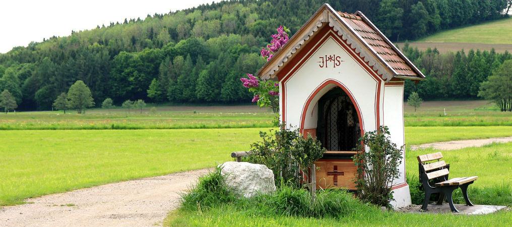 Kapelle entlang eines Weges