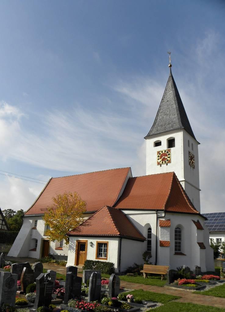 Kirche mit Friedhof in Dornstadt