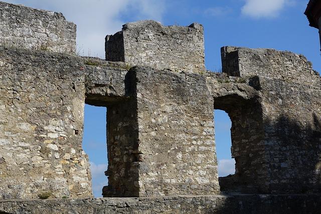 Ruine auf einem Hügel