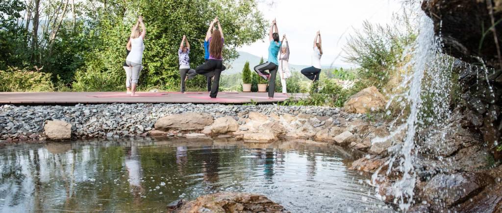 Yoga am Wasserfall im Birkenhof am Elfenhain
