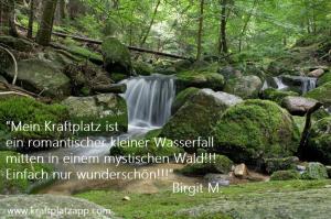 Mystischer Wasserfall im Wald