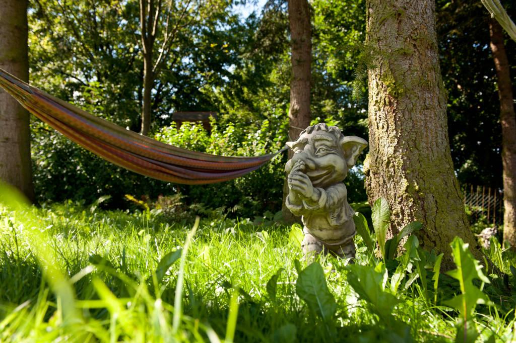 Elfenfigur im Kräutergarten