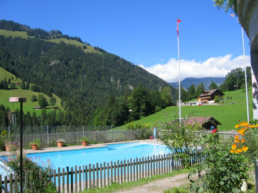 Schwimmbad des Kientalerhofes mit Blick in das schöne Tal